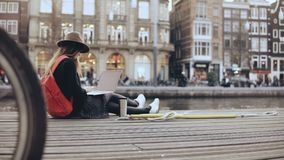 4K Młoda kreatywnie dziewczyna siedzi z laptopem outside Mody sztuki blogger pracuje outdoors Wolność Steadicam stylu życia strza zbiory wideo