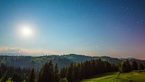 8K maan en van de sterrentijd tijdspanne in bergen stock videobeelden