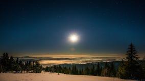 8K maan en van de sterrentijd tijdspanne in Karpatische Bergen stock footage