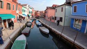 4K Maisons color?es en ?le de Burano, Venise Canal avec des bateaux touristes clips vidéos