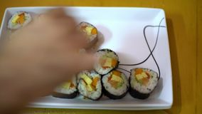 4K, makizushi delicioso fijado con los salmones sirvió en la placa blanca Comida japonesa metrajes