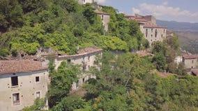4k malejąca antena zaniechana wioska na górach, Laino Castello, Włochy zbiory wideo