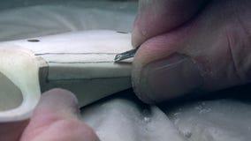 4K Mannen snider i trät Folkhantverk Wood bransch lager videofilmer