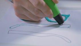 4K Mannhand mit dem Stift 3D, der Gläser druckt Modernes technologisches Handwerk stock video