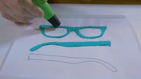 4K Mannhand mit dem Stift 3D, der Gläser druckt Modernes technologisches Handwerk stock footage