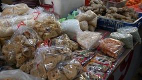 4K, manos asiáticas de la opinión del primer de tendero toman la comida tradicional para la venta almacen de video