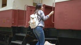4K Manos que agitan de la mujer turística asiática a decir adiós en el departe que deja el tren en la estación de tren Adiós