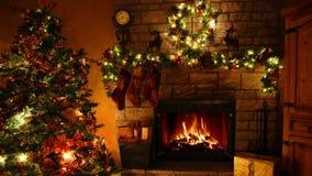 4k maravilhoso disparou de laço ardente da chaminé da chama da lenha na sala festiva confortável de Noel da decoração do ano novo video estoque