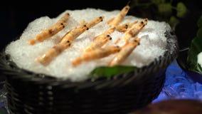 4K, marisco cru fresco na linha do bufete em Taiwan Camarões no gelo no restaurante video estoque