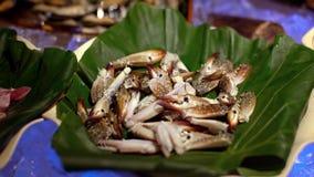 4K, mariscos crudos frescos en línea del buffet en Taiwán Piernas de los pescados y de cangrejo en el hielo almacen de metraje de vídeo