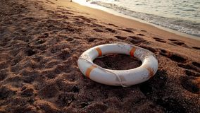 4k materiał filmowy życia boja pierścionku lying on the beach na th ebeach przy zmierzchem zdjęcie wideo