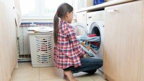 4k materiał filmowy bierze czysty nastoletnia dziewczyna odziewa z pralki w pralni zbiory wideo