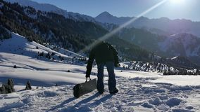 4k materiał filmowy pomyślna snowboarder mężczyzna przygoda zimy góra zbiory wideo