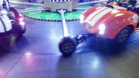 4k materiał filmowy przędzalniany dziecka carousel z zabawkarskimi samochodami przy parkiem rozrywkim zbiory