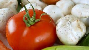 4K materiał filmowy różnorodni warzywa zwalnia wirować z pomidorem, pieczarkami, cebulami, ogórkami i inny, zdjęcie wideo