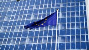 4k materiału filmowego UE chorągwiany trzepotać na silnym wiatrze przeciw wysokiemu nowożytnemu centrum biznesu zdjęcie wideo