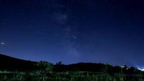 4K melkachtige manier en sterren timelapse over bergachtergrond stock video