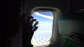 4K menina bonita nova asiática no plano, água potável durante o voo video estoque