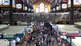 4K Mensen die bij de Centrale Marktzaal winkelen, oudste binnenmarkt in Boedapest stock video