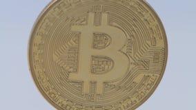 4K metal físico moeda dourada de Bitcoin e de Ripplecoin em fundo-Dan branco filme
