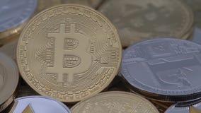 4K metal físico moneda de Bitcoin y de Ethereum en el fondo blanco BTC ETH-Dan metrajes