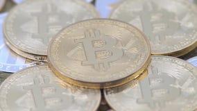 4K metal físico moneda de Bitcoin y de Ethereum en el fondo blanco BTC ETH-Dan almacen de metraje de vídeo