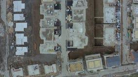 4K metraggio aereo Birdseye che esamina giù un sito dell'edilizia residenziale archivi video