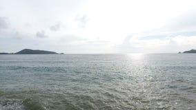 4K metraggio aereo, mare tropicale con l'onda della spiaggia stock footage