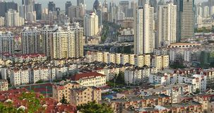 4k miastowego miasta ruchu drogowego ruchliwie dżemy, QingDao, porcelana interes wysoki nowoczesny budynek drapacz chmur zbiory wideo