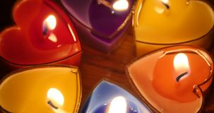 4k mira al trasluz el burning en la noche, la forma del corazón, la Feliz Navidad y la Feliz Año Nuevo metrajes