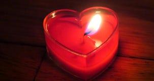 4k mira al trasluz el burning en la noche, la forma del corazón, la Feliz Navidad y la Feliz Año Nuevo almacen de metraje de vídeo