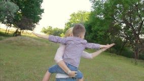 4K modern rymmer hennes son och vänder omkring i en silouette av ett flyg lager videofilmer