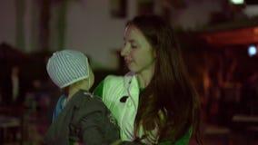 4k - moeder met weinig dans van de babyjongen bij de nacht stock video