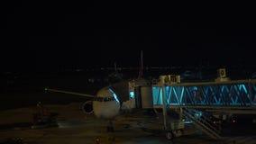4K moeu o grupo ocupado pegando um plano pronto para voar na noite no aeroporto de Busan video estoque