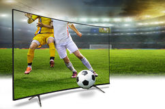 4k monitor die op slimme TV-vertaling van voetbalspel letten stock foto's
