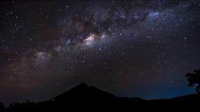 4K - Montering Rinjani Lombok Indonesien för stjärnor för nattTimelapse Vintergatan arkivfilmer