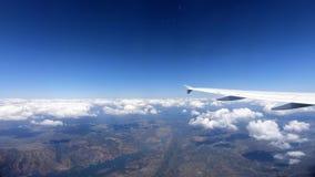 4K mooi Europees land, rivier van hierboven Passagierspov reis door de lucht stock footage