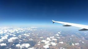 4K, Mooi Europees land van hierboven, zoals die door vliegtuigvenster wordt gezien stock videobeelden
