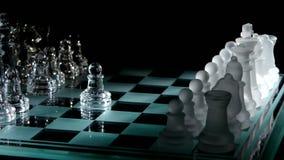 4K Mooie stukken op het schaakbord zwart stock videobeelden