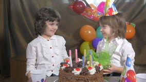 4k - Muchacha hermosa joven que recibe un presente en una fiesta de cumpleaños almacen de metraje de vídeo