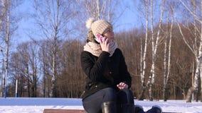 4K, muchacha que invita al teléfono, y esperando alguien que es atrasado almacen de metraje de vídeo