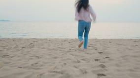 4K a mulher feliz aprecia férias de verão na praia tropical, correndo ao mar com descalço e ao salto com sentimento feliz filme