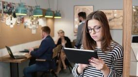 4K Nahaufnahme benutzt junge attraktive Brunettegeschäftsfrau eine Tablette des Bildschirm- im modernen Startbüro Lizenzfreie Stockfotos