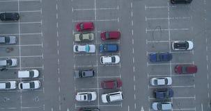 4k nakrywają widok z lotu ptaka carpark z udziałów miejsc ruchu drogowego pustym astronautycznym diagramem zbiory