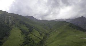4K, naturalny, turystyka, góry pojęcia czasu upływ Staczać się chmurnieje nad górami zdjęcie wideo