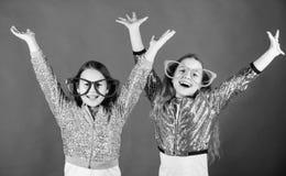 K?nnande gl?dje och lycka Lyckliga sm? flickor tycker om lycka Lyckligt le f?r sm? barn p? partiet Lycka arkivbild
