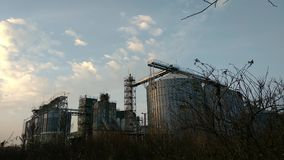 4k Nowożytna zbożowa śmiertelnie panorama Metali zbiorniki winda Osuszka kompleksu budowa Reklamy ziarno lub adra zdjęcie wideo