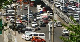 4k Nowożytnego miastowego miasta ruchliwie ruch drogowy na wiadukcie, autostrady ulicie & domu budynku, zdjęcie wideo