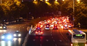 4k Nowożytnego miastowego miasta ruchu drogowego dżemów ruchliwie noc, neonowa autostrada street&building zbiory