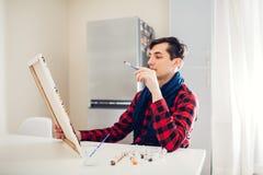 K?nstler des jungen Mannes, der zu Hause kreative Malerei malt stock abbildung